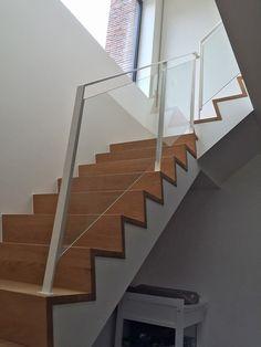 trapleuning in gelakt staal, met glas