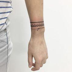Mezcla estilos para lograr un diseño épico. | 19 Tatuajes en forma de pulsera que se verán lindísimos en tu piel