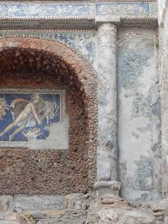VII.16.a Pompeii. May 2015. Room 9, column on south side. Photo courtesy of Buzz Ferebee.