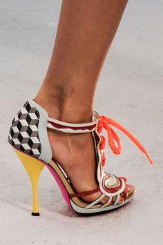 Οι 47 καλύτερες εικόνες του πίνακα Shoes    Feet  0b274ca715e