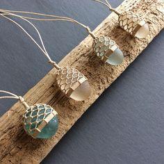 A beautiful way to turn these sea glasses into jewelry.- Eine schöne Art, diese Seebrille in Schmuck zu verwandeln. m … – DIY J… A beautiful way to turn these sea glasses into jewelry. m … – DIY Jewelry Making – - Macrame Colar, Macrame Jewelry, Crochet Wire Jewelry, Crochet Bracelet, Macrame Knots, Sea Glass Necklace, Sea Glass Jewelry, Garnet Necklace, Macrame Necklace