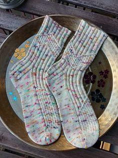 Ravelry: Knit Like It's 1999 pattern by Tricot & Stitch Knitted Socks Free Pattern, Crochet Socks, Knit Or Crochet, Knitting Socks, Knitting Patterns Free, Knit Patterns, Hand Knitting, Knitting Videos, Knitting Projects