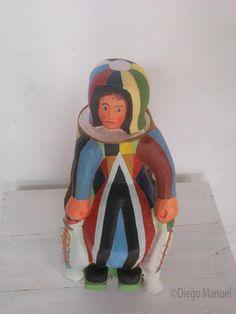Astronauta Nasca, madera policromada, 26 x 23 x 45 cm., 2014 del escultor Diego Manuel Rodriguez
