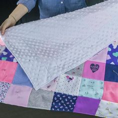 Looking for a DIY baby clothes quilt pattern? Wonder how to make a baby clothes memory quilt? Check out our DIY baby quilt tutorials, kit, books and videos! Diy Baby Clothes Quilt, Cute Baby Clothes, Unique Mothers Day Gifts, Unique Baby Shower Gifts, Onesie Quilt, Shirt Quilts, Baby Quilt Tutorials, Baby Kit, Baby Quilts
