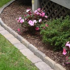 flower beds You want to flower bed edging between the flower bed and the lawn. in your garden but you don't know how to do it? We met with garden professionals to enlighten you. Garden Yard Ideas, Lawn And Garden, Garden Projects, Garden Landscaping, Home And Garden, Garden Bed, Landscaping Ideas, Backyard Ideas, Backyard Pavers