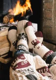 Dicke Socken an und ab vor dem Kamin. Was gibt es Schöneres im Winter? >> Warm and cozy sock pattern with both a striped version and a rustic fair isle version. Winter Love, Cozy Winter, Winter Socks, Winter Cabin, Cozy Cabin, Autumn Cosy, Autumn Feeling, Winter Coffee, Cozy Coffee