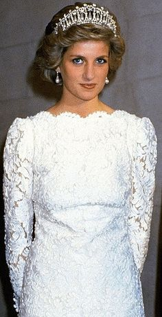fromberkshiretobuckingham: Princess of Wales in the Cambridge Lover's Knot Tiara (aka Queen Mary's Lover's Knot Tiara); Diana frequently wore the tiara, alternating it with the Spencer Tiara Princess Diana Fashion, Princess Diana Family, Princes Diana, Royal Princess, Princess Diana Tiara, Princess Of Wales, Duke And Duchess, Duchess Of Cambridge, Duchess Kate