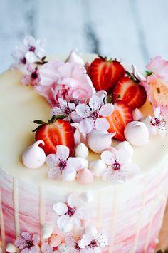 Strawberry and Vanilla Bean Cake - gorgeous! Vanilla Bean Cheesecake, Vanilla Bean Cakes, Beautiful Cakes, Amazing Cakes, Wedding Strawberries, Strawberry Wedding, Strawberry Vanilla Cake, Ganache, Pastel Cupcakes
