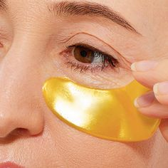 If you have crow's feet and fine lines around your eyes, you need an effective product like this one to fade your wrinkles. Shop now, on SHEfinds. Wrinkle Remedies, Skin Care Remedies, Diy Skin Care, Skin Care Tips, Anti Aging Skin Care, Natural Skin Care, Get Rid Of Pores, Wrinkled Skin, Homemade Face Masks