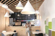 - VIP WORKS Haus Design modern Fertighaus mit Flachdach Architektur im Bauhausstil - offener Winkelbungalow Grundriss - Haus Ideen, G. Modern Kids, Modern Family, Mid-century Modern, Modern Design, Design Shop, Coffee Shop Design, Shop Interiors, Outdoor Decor, House