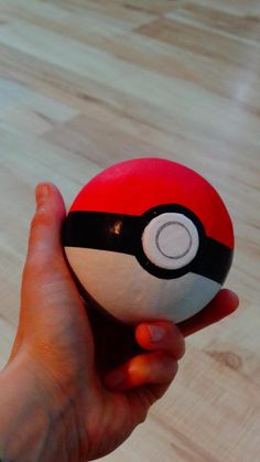 Pokeball aus Styropor, Durchmesser 9 cm