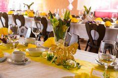 Tisch Dekoration in gelb.