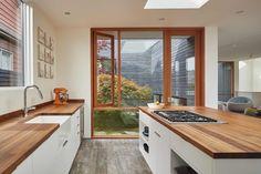 Centrálním prostorem je obývací pokoj spojený s jídelnou a kuchyní, do které se vchází přímo po venkovních schodech.