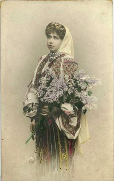 Regina Maria a României în costum popular - Queen Marie of Romania dressed in traditional costume Romanian Royal Family, Queen Mary, Queen Victoria, Costume Design, Traditional Outfits, Marie, Royalty, Painting, Vintage