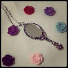 Colar prateado, com pingente de espelho de verdade vintage e flor resinada em 6 cores a escolher. R$ 20,00
