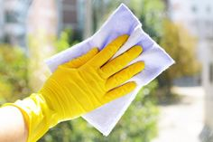 44 brilliant cleaning tricks to keep your home sparkling clean Cleaning Cabinets, Cleaning Blinds, Cleaning Wood, Oven Cleaning, House Cleaning Tips, Spring Cleaning, Cleaning Hacks, Window Cleaning Solutions, How To Cut Onions