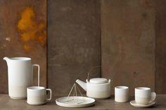 zeitgenössisches Keramik Geschirr von Bloomingville aus grober schamottierter Keramik // natürlich schöne Teller und Tassen für die moderne Kaffeetafel