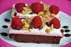 Jemný, vláčny kakaový koláč s cviklou – bez múky, s minimom pridaného sladidla a tuku. Cviklu, ktorá pridá koláču krásnu červenkastú farbu v ňom vôbec neucítite. Upečený koláč má stredne pevnú konzistenciu a chutí skvelo s tvarohovou polevou a ovocím. Ingrediencie (na 1 tortu/12ks): Na koláč: 450-500g červenej repy 4 vajcia 1veľký (2 malé) banány […]