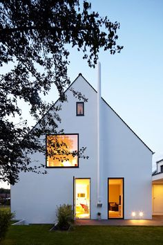Haus MF: moderne Häuser von Lioba Schneider Source by johannesneuhaus - Modern Residential Architecture, Architecture Résidentielle, Cultural Architecture, Japanese Architecture, Sustainable Architecture, Gable House, Minimalist Home, Detached House, House Design