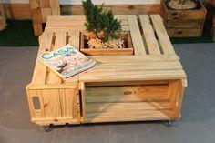 Mesa de Centro de Caixotes de Feira com Rodízios Pallet Couch, Design Thinking, Projects To Try, Table, House, Diy, Furniture, Pallets, Planting