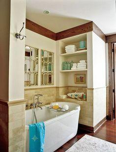 salle de bain avec baignoire blanc, salle de bain retro, plafond blanc, mur beige, salle de bain pleine de lumière