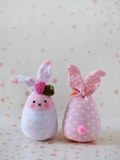 Kijk wat ik gevonden heb op Freubelweb.nl: een gratis werkbeschrijving van We Are Scout om deze leuke sock bunnies te maken #sokkendiertjes https://www.freubelweb.nl/freubel-zelf/zelf-maken-met-sokken-konijn/