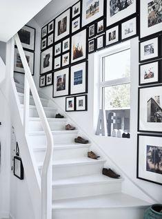 En trapp med bilder som dekker veggen.
