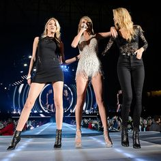 Taylor Swift on Stage With Gigi Hadid and Martha Hunt in Detroit | POPSUGAR Celebrity