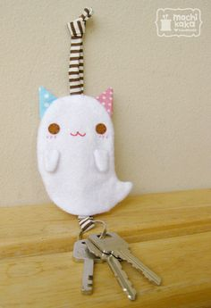 ♥ Boo Boo Cat key cover is coming soon! Cute Crafts, Felt Crafts, Sewing Crafts, Sewing Projects, Cat Key, Key Pouch, Diy Keychain, Key Covers, Little Doll
