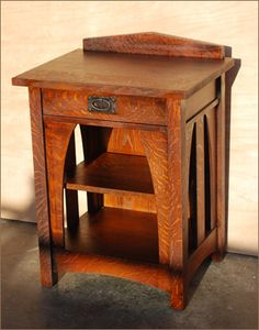Another beautiful Arts and Crafts style piece. I have not seen a piece with a little ledge at the back like this one. It's a bit distracting from the overall aesthetic but it's still a beautiful little table. Craftsman Style Furniture, Mission Style Furniture, Arts And Crafts For Teens, Art And Craft Videos, Diy Videos, Arts And Crafts Interiors, Arts And Crafts Furniture, Furniture Plans, Wood Furniture
