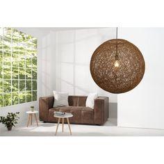 Fabuleuse lampe suspendue contemporaine coloris brun !Sa structure est fabriquée en l'abaca de haute qualité avec un maillage de sisal brille dans ses envir...