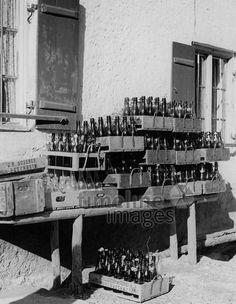 Leergut in München, 50er Jahre Stöhr/Timeline Images #black #white #schwarz #weiß #Fotografie #photography #historisch #historical #traditional #traditionell #retro #vintage #nostalgic #Nostalgie #München #Munich #50er #1950er #Stimmung #Atmosphäre #Leergut #Flaschen #Pfand #Flaschenpfand Timeline Images, Munich, Photo Wall, Frame, Retro Vintage, Germany, Photography, History, Photos