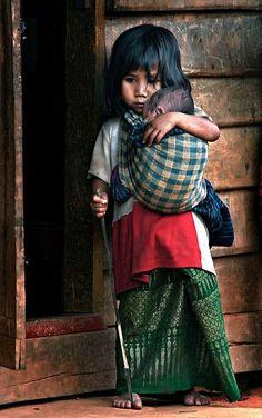 """Roman """"BLEI"""", S. 500: Armut wird via Rohstoffausbeutung und Billiglohnversklavung in großem Maßstab in die Entwicklungsländer exportiert. Dort wird unter absichtlichem Wegsehen und -hören für einen Großteil unseres Wohlstands mit bloßen Händen und nackten Füßen bezahlt. Mehr dazu auf: www.dberona.com"""