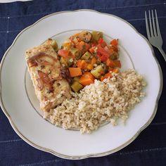 Rango de hoje! Cortadinho de abóbora com quiabo, arroz integral e filé de peixe cavala assado. Simples assim! 😉 #comidadeverdade…