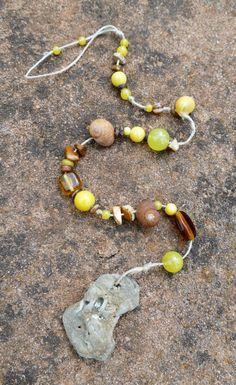 Eines der Mobiles aus der Serie Terra ocre. Mobiles in den Gelb- und Brauntönen. Farben, die nach Feng-Shui dem Element Erde zugeordnet werden.  Fundstücke aus der Natur, kombiniert mit echten Schmucksteinen, Glas- und Holzperlen, mit Liebe arrangiert zu edlen Mobiles.