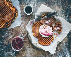 Don't miss this delicious recipe for gluten-free pumpkin waffles from Green Kitchen Travels! Pumpkin Waffles, Pancakes And Waffles, Gluten Free Pumpkin, Pumpkin Recipes, Healthy Pumpkin, Eat Breakfast, Breakfast Recipes, Crackers, Yummy Treats