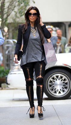 Km Kardashian...sen geldiğinden beri ne kadar zavallısı, bok kafa çirkin insan varsa konuşuyor!!!! Rihu pis insanlar dolmuş yaaaaa!!!