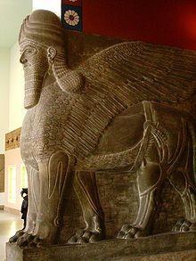 En el arte, los Lamasu eran representados como híbridos, toros o leones alados con la cabeza de un hombre. Estos grandes genios mesopotámicos pueden verse hoy día conservados en museos como el Museo Británico en Londres, Museo del Louvre de París, Museo Nacional de Irak en Bagdad, Museo Metropolitano de Arte de Nueva York, Museo de Pérgamo en Berlín y el Instituto Oriental de Chicago.