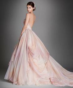 Romanticissimo l'abito da sposa rosa in tulle con scollo a cuore, corpetto drappeggiato arricchito da ricamo floreale e sottostrato in pizzo Chantilly.