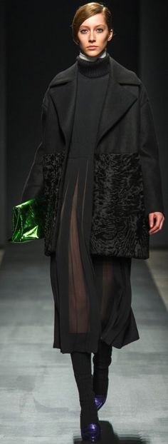 Комбинированное пальто из каракульчи и шерстяной фланели