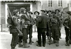 Men of the Battalion, Royal Hampshire Regiment talk to a local in Normandy on D-Day British Army Uniform, British Soldier, D Day Normandy, Canadian Soldiers, Vietnam History, British Armed Forces, Army Infantry, Military Diorama, The Empire Strikes Back