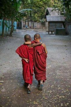 two very young Buddhist monks in Nepal. Photo by Steve McCurry Namaste, Beautiful World, Beautiful People, Beautiful Mind, Fotojournalismus, Little Buddha, Foto Poster, Beautiful Children, Little People