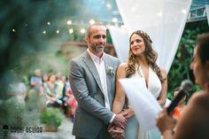Noiva - Bride - Casamento - Wedding - Making of - Vestido de noiva - Cerimônia - Ceremony - Noivos - Casal - Batom vermelho - Martu - Búzios - Rio de Janeiro - RJ - Brasil - Brazil - Raoní Aguiar Fotografia - Casamento de dia - Diurno - Stringlight - Gambiarra