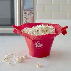 Łatwe przyrządzenie popcornu. Kiedyś, żeby podczas domowego seansu filmowego pochrupać popcorn, trzeba było poświęcić sporo czasu na stanie przy garnku, w którym na gorącym tłuszczu strzelała kukurydza. Zapach smażonego oleju unosił się potem w całym domu i trudno było się go pozbyć. Sytuacja się zmieniła, odkąd popcorn możemy przygotowywać w mikrofalówce. Trwa to kilka minut. Można też kukurydzę przyrządzić od razu w odpowiednim naczyniu. #gadżety #popcorn ##popcorn ##do ##mikrofalówki