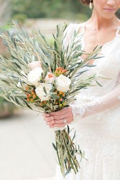 Bouquet sposa con rami di ulivo, bacche e rose bianche