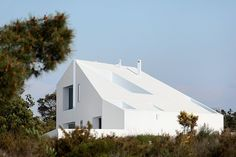 Four courtyards are cut into the asymmetrical white roof of this Portuguese house by ARX Portugal Arquitectos and Portuguese architect Stefano Riva. Residential Architecture, Contemporary Architecture, Amazing Architecture, Interior Architecture, Modular Housing, Property Design, Portugal, Interior Exterior, Interior Design