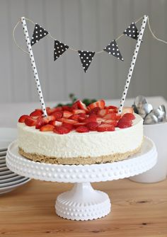ellas inspiration - furnishings for your home & garden! Love Surprise, Strawberry Wedding Cakes, Wedding Desserts, No Bake Cake, Cake Pops, Love Food, Cake Toppers, Cake Decorating, Sweet Treats