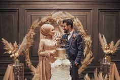 İşlem tamam pozu 👍🏻😄Hepinize çoook çok teşekkür ediyoruz Allah isteyen herkese nasip etsin ☺️🙏🏻❣️ 17.12.2018 ❣️ Muslim Brides, Muslim Couples, Engagement Dresses, Wedding Dresses, Wedding Couples, Wedding Photos, Wedding Henna, Hijab Dress, Beautiful Couple