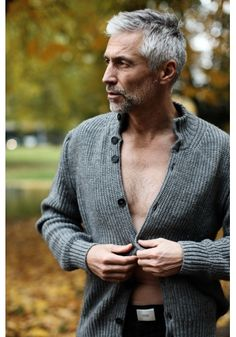 Pretty Men, Beautiful Men, Silver Foxes Men, Grey Hair Looks, Older Mens Hairstyles, Mens Fashion Summer Outfits, Smart Casual Menswear, Grey Beards, Men With Grey Hair