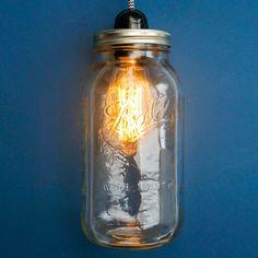 """Donnez du style à votre intérieur avec ce luminaire """"Mason Jar"""" que vous pourrez balader dans toutes les pièces de la maison."""